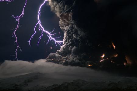 Eyjafjallaj�kull Erupting