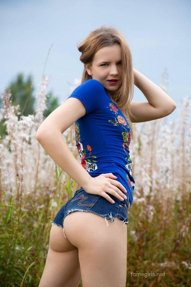 Teen en mini shorts y cachetes - 1 part 8
